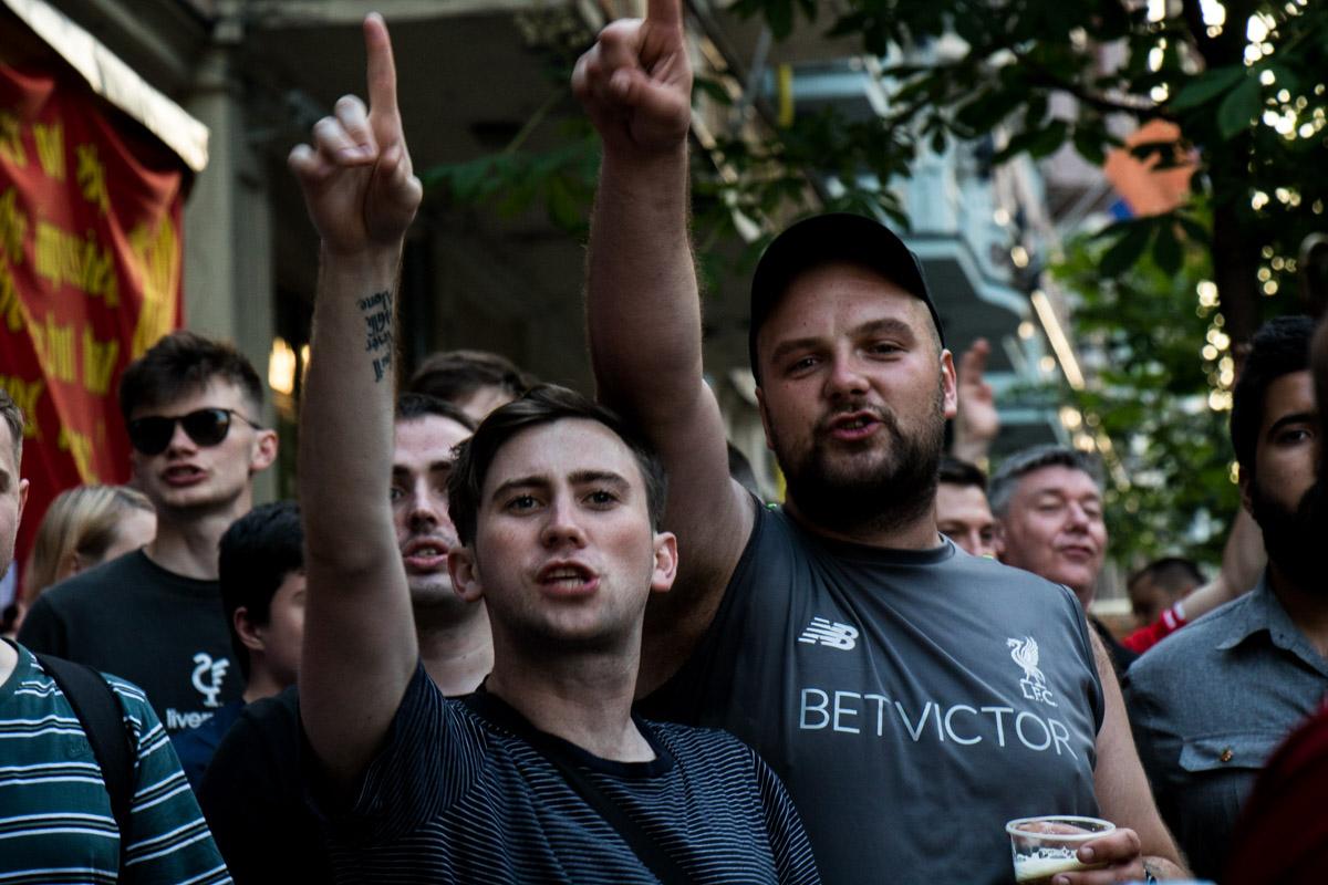 Англичане пели песни и пили пиво