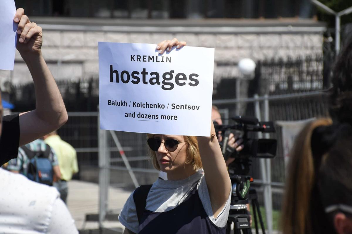 На митинге под посольством РФ требовали освободить узников Кремля