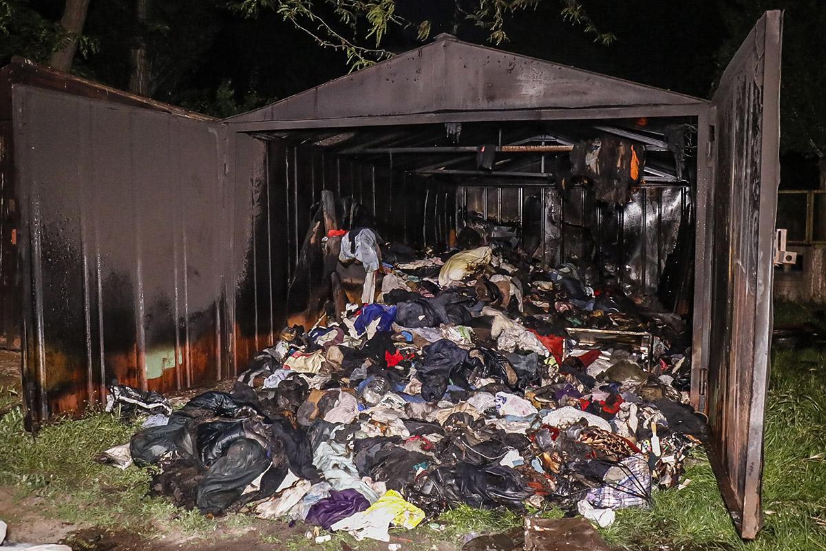 Во дворе жилого дома горел гараж
