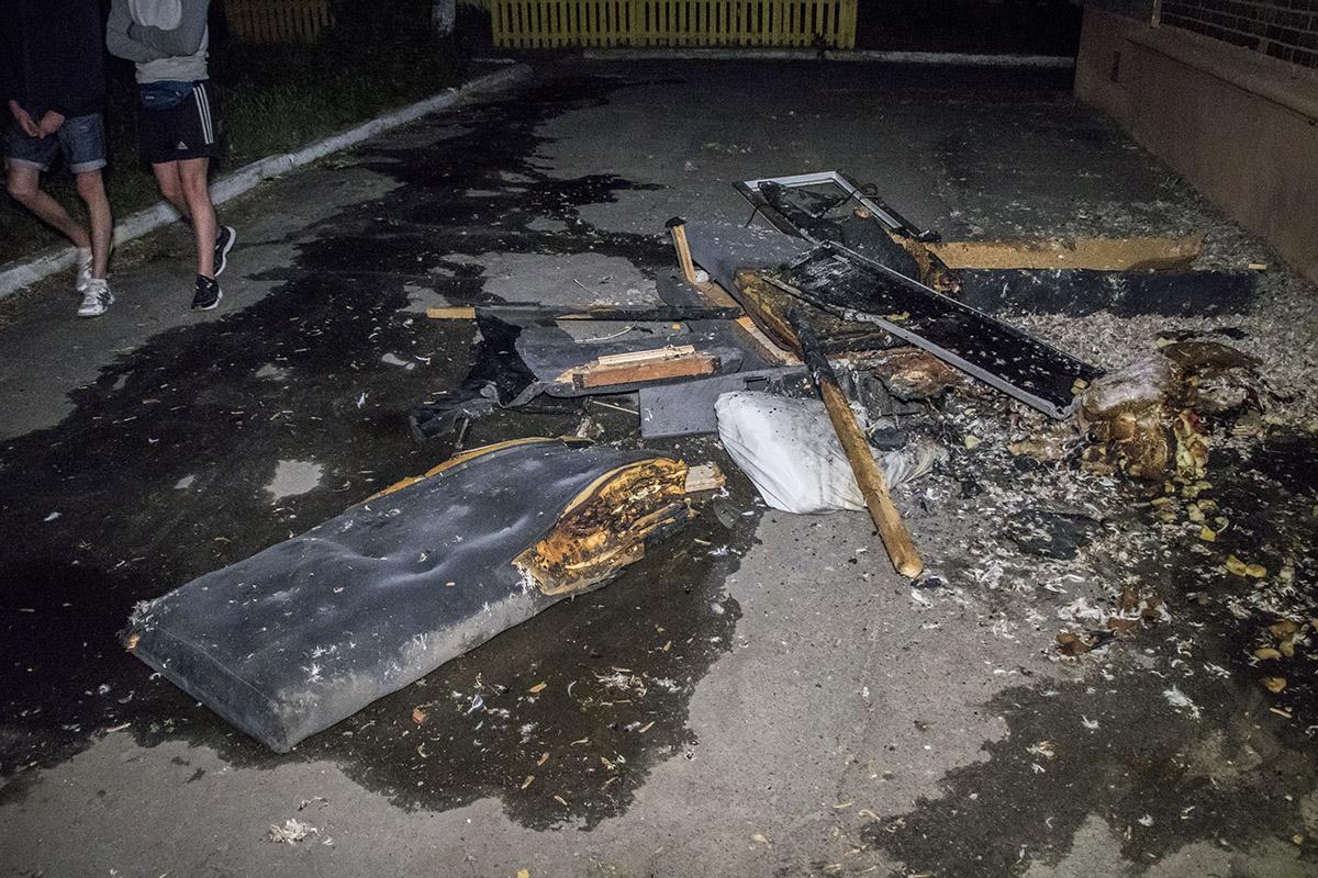 Обгорелые вещи пожарные выбросили на улицу