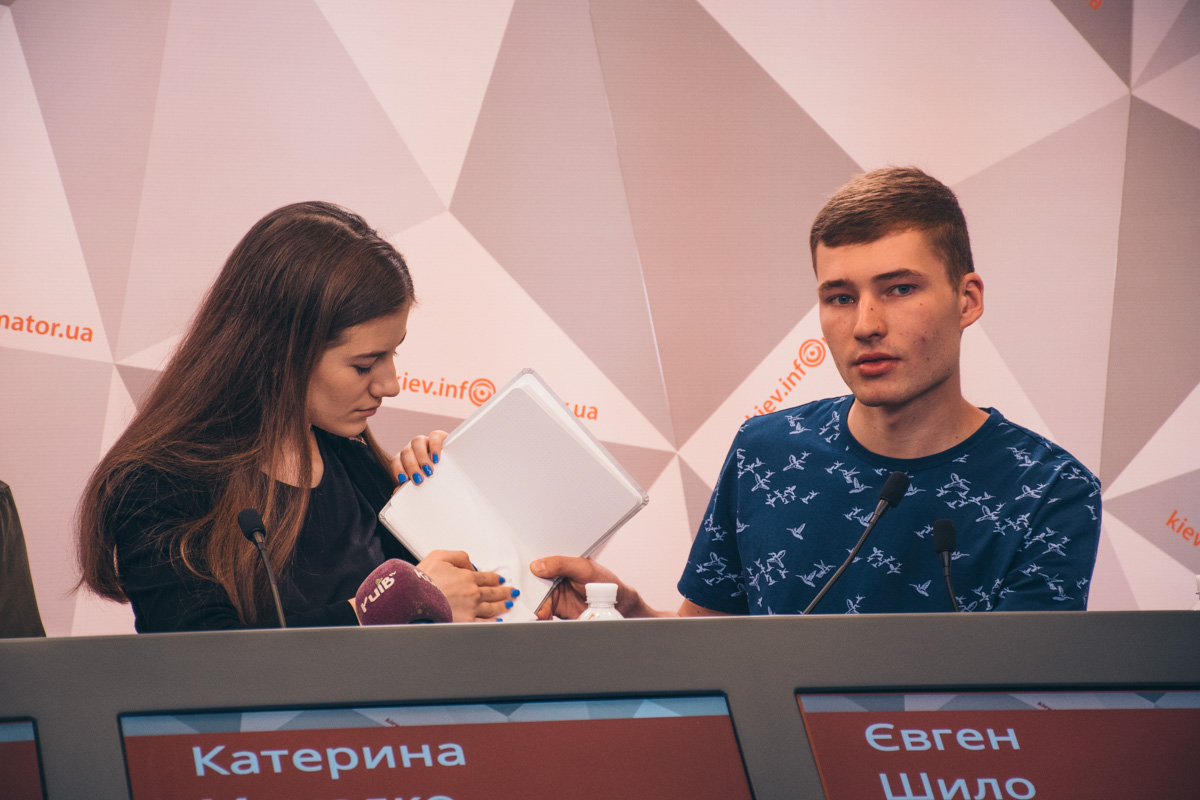 Екатерина Михалко и Евгений Шило демонстрируют изобретение