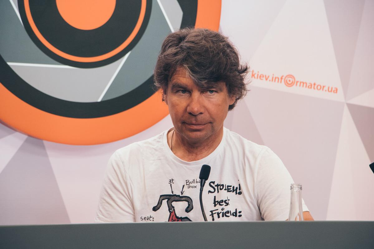 """На пресс-конференцию Сергей Харчук надел футболку с изображением велосипеда и надписью """"Украден лучший друг"""""""