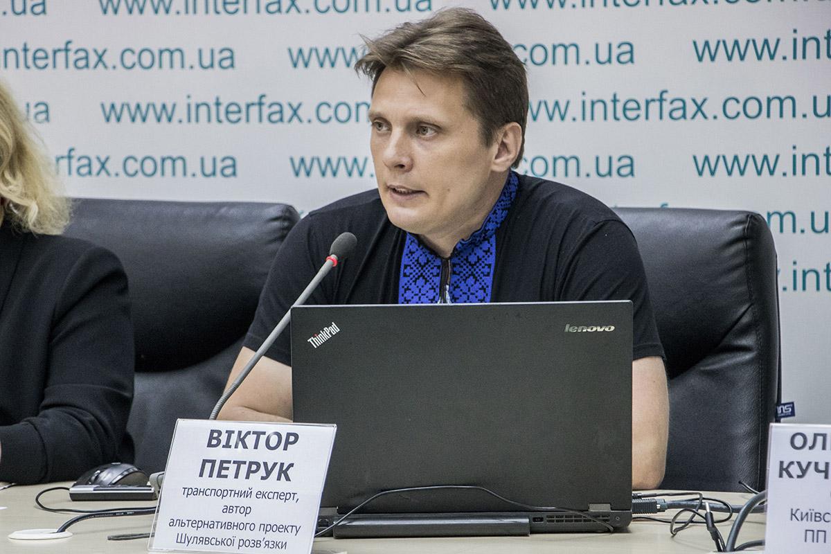 """Виктор Петрук говорит, что трехуровневая развязка будет стоить городу 756 миллионов гривен, а вариант """"четырехлистник"""" - 811 миллионов гривен"""