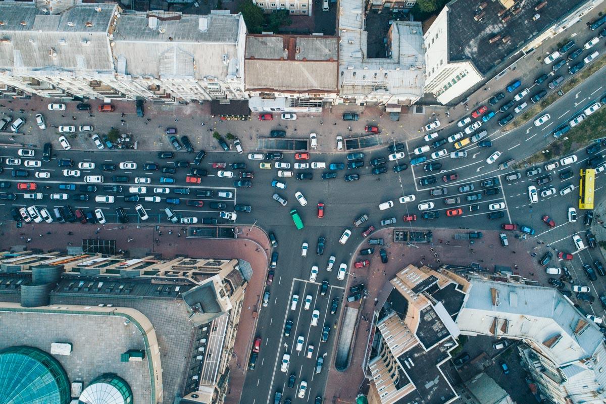 Сотни машин ожидают своей очереди на проезд