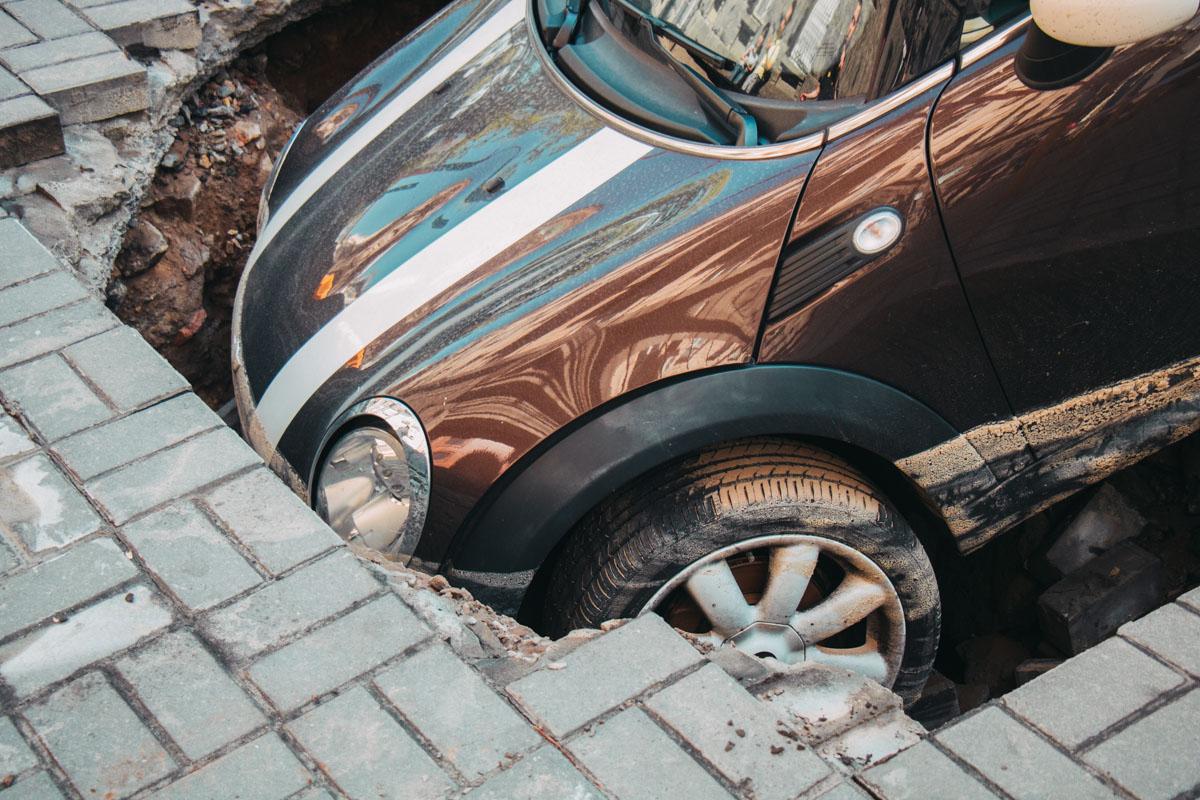 Передняя часть Mini Cooper полностью «нырнула» под землю.