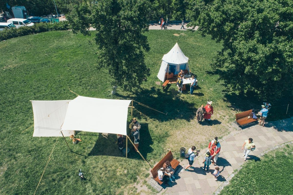 Реконструкторы поставили палатки и шатра
