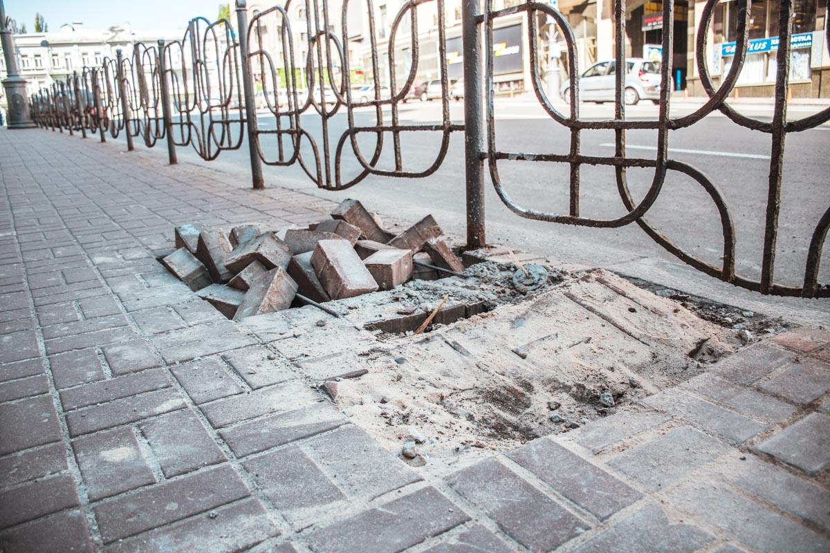 """В некоторых местах тротуар """"травмирован"""""""