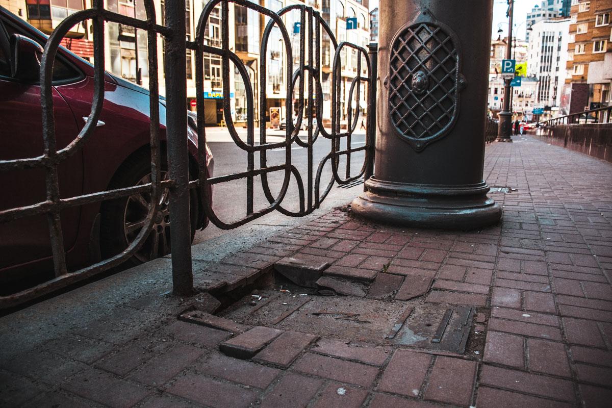 В местах электрокоммуникаций также поврежден тротуар