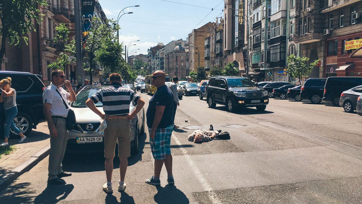 В Киеве на Саксаганского Nissan сбил пожилого мужчину