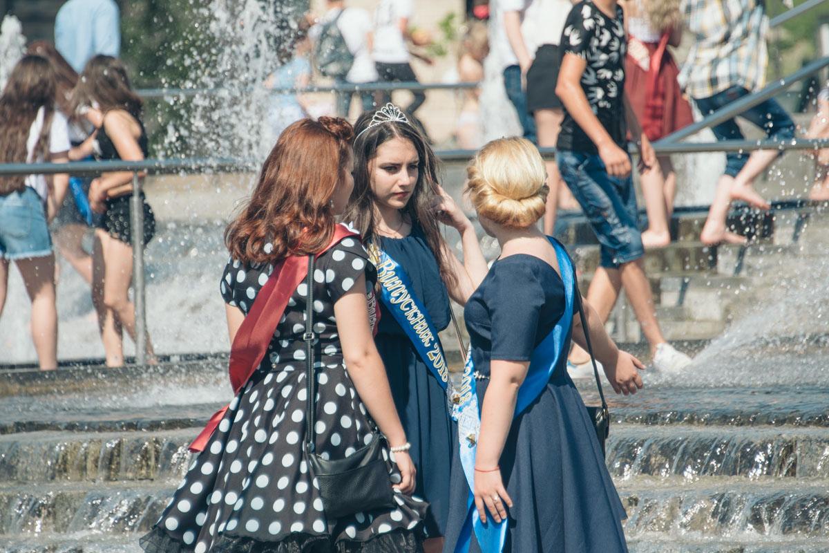 Платья киевских выпускниц были одно ярче другого