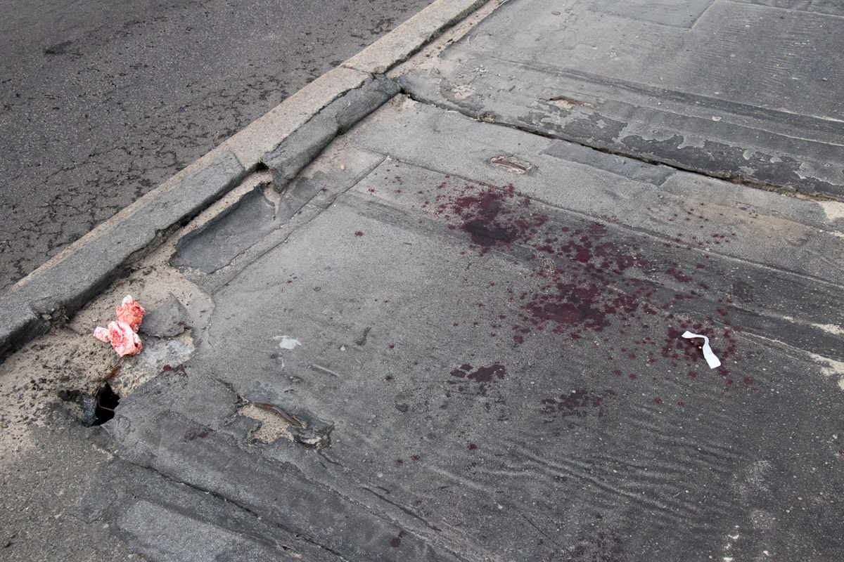 На месте задержания также присутствую множественные следы крови