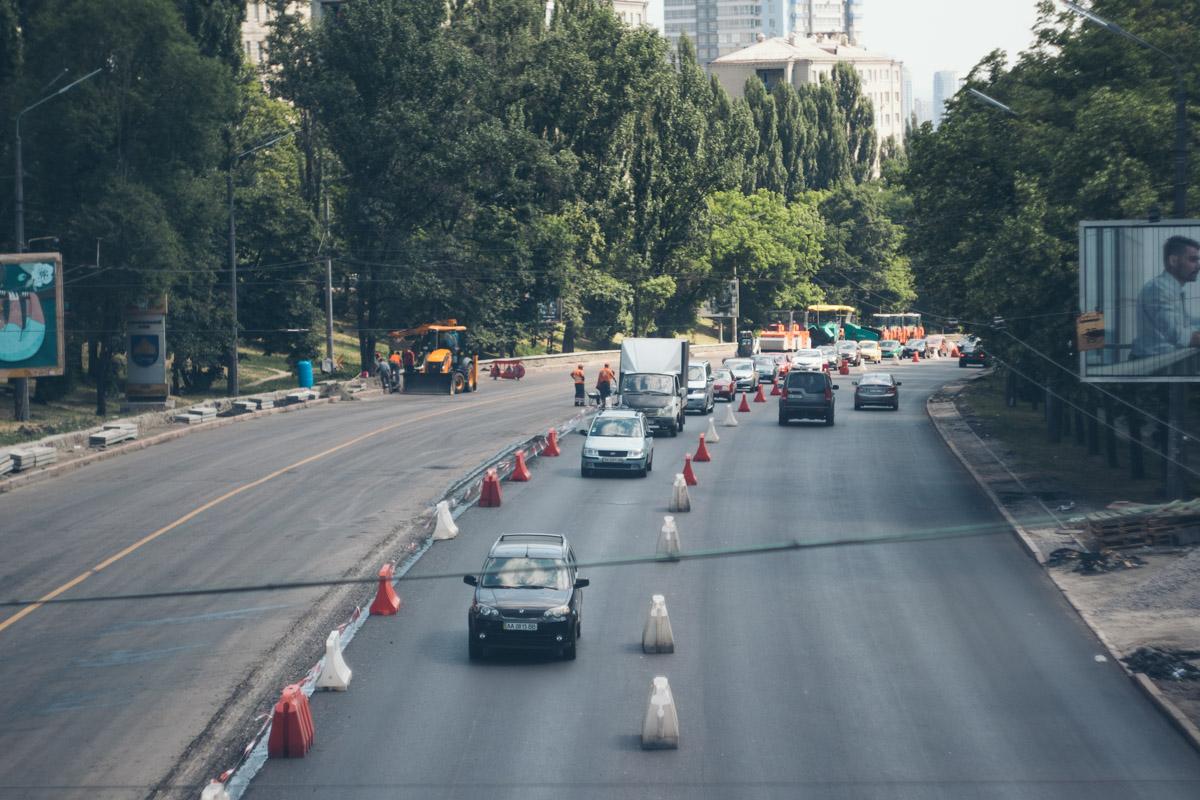 Из-за ремонта по улице регулярно образуется огромная тянучка в сторону центра
