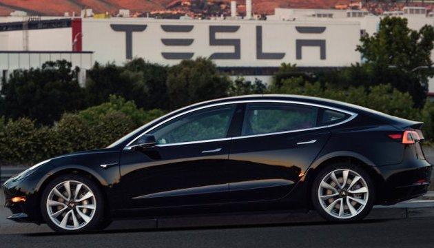 В американском штате Юта электромобиль Tesla въехал в автомобиль пожарной команды