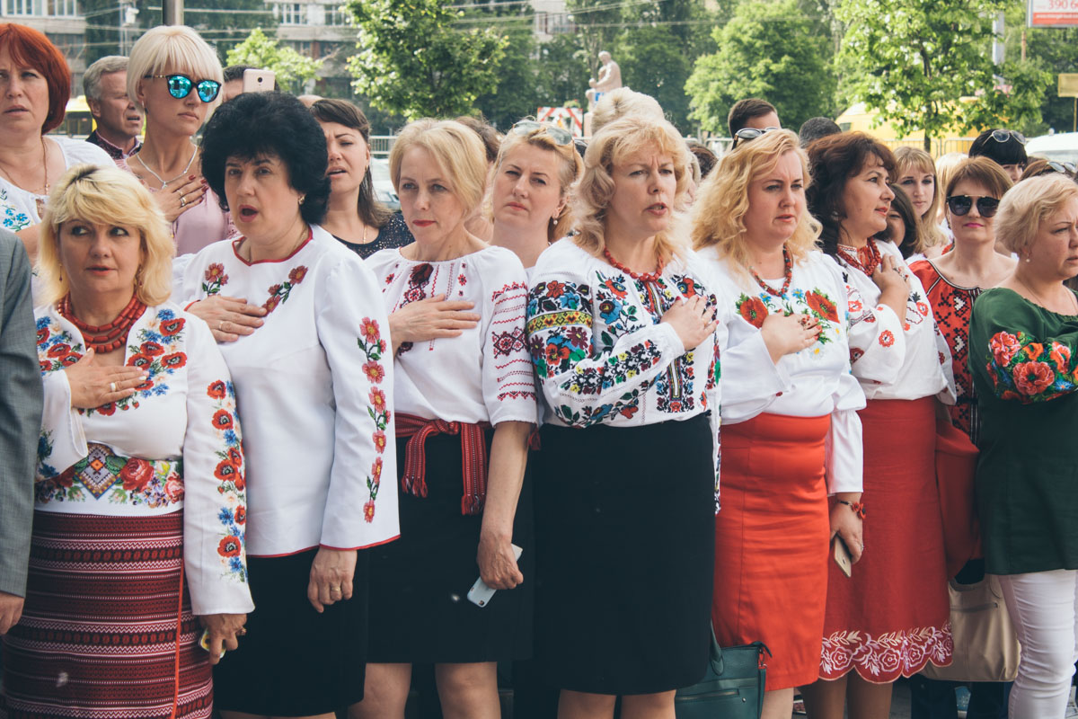 Участницы флешмоба поют гимн