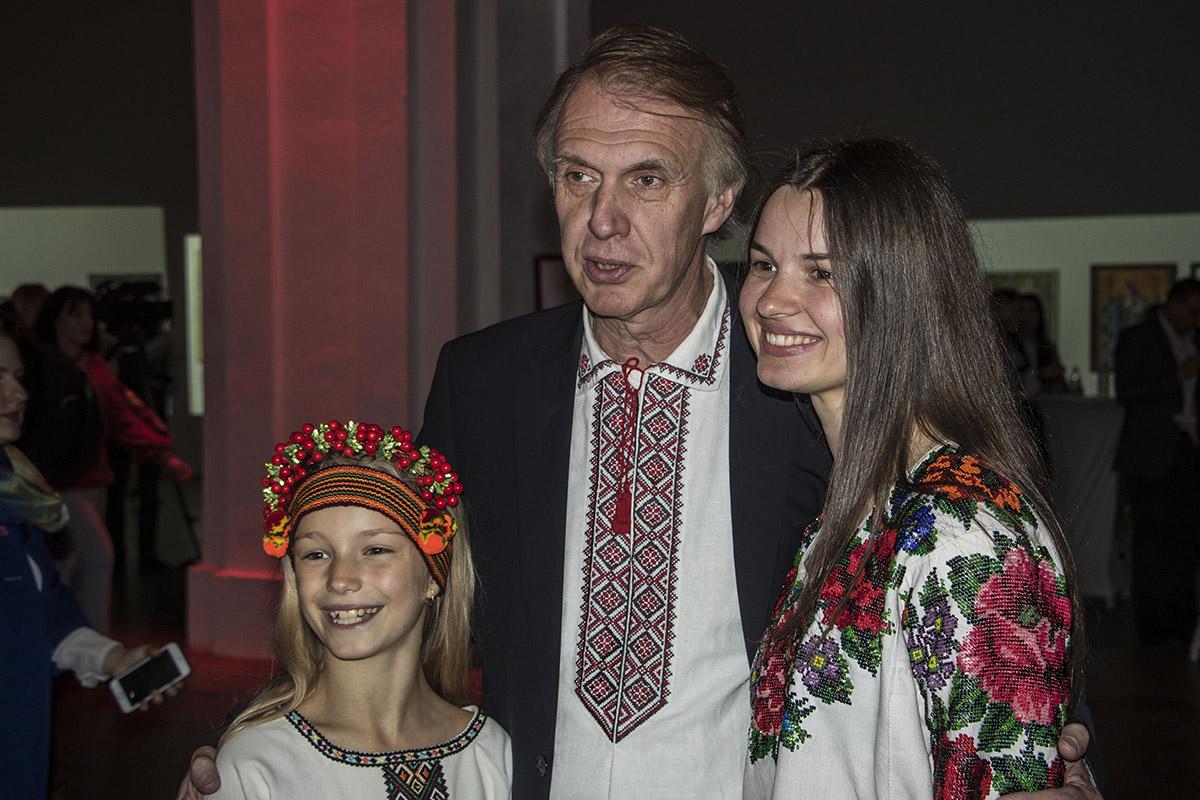 Гости тоже пришли в украинских нарядах