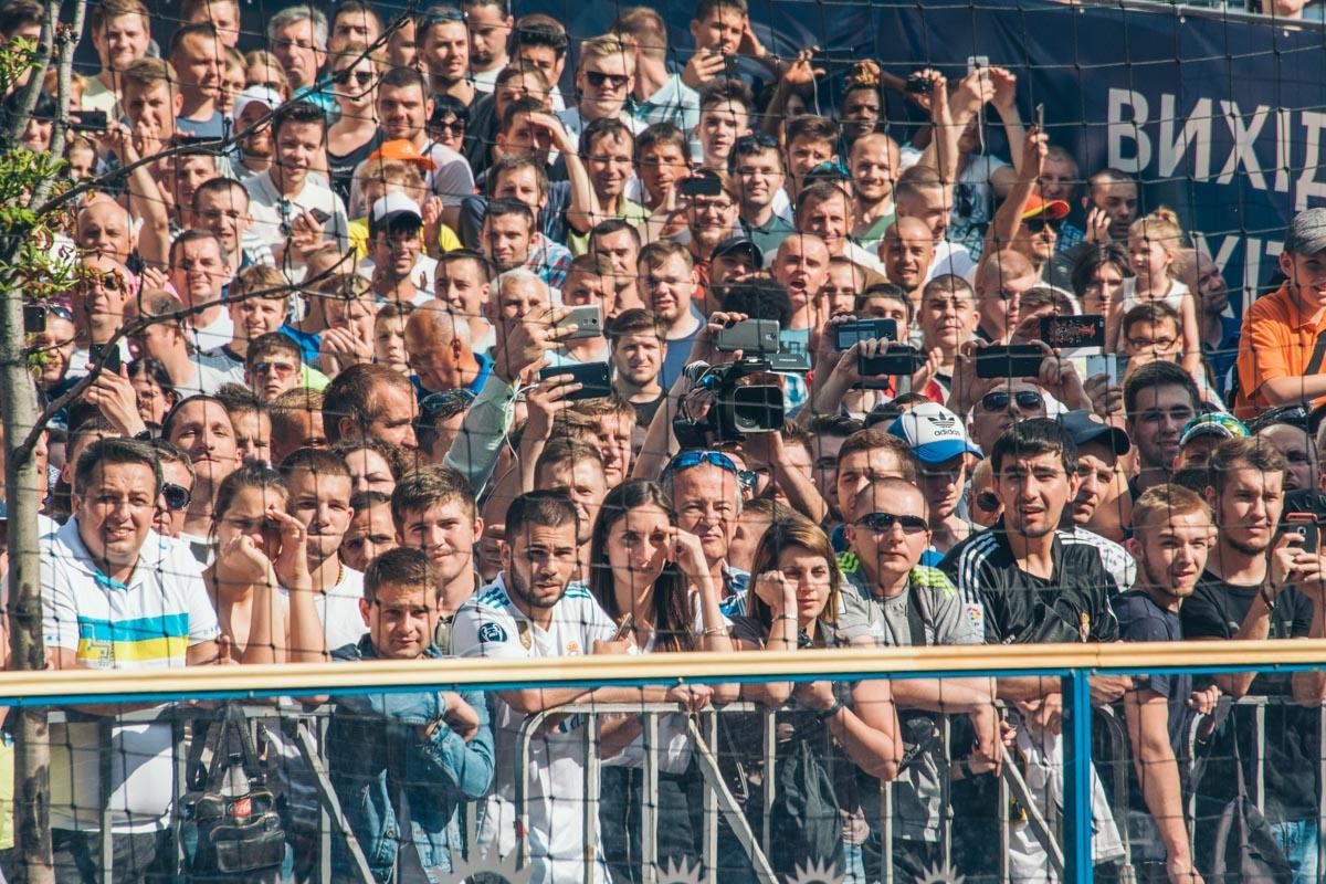 Фанаты в напряжении из-за перепетий матча финала