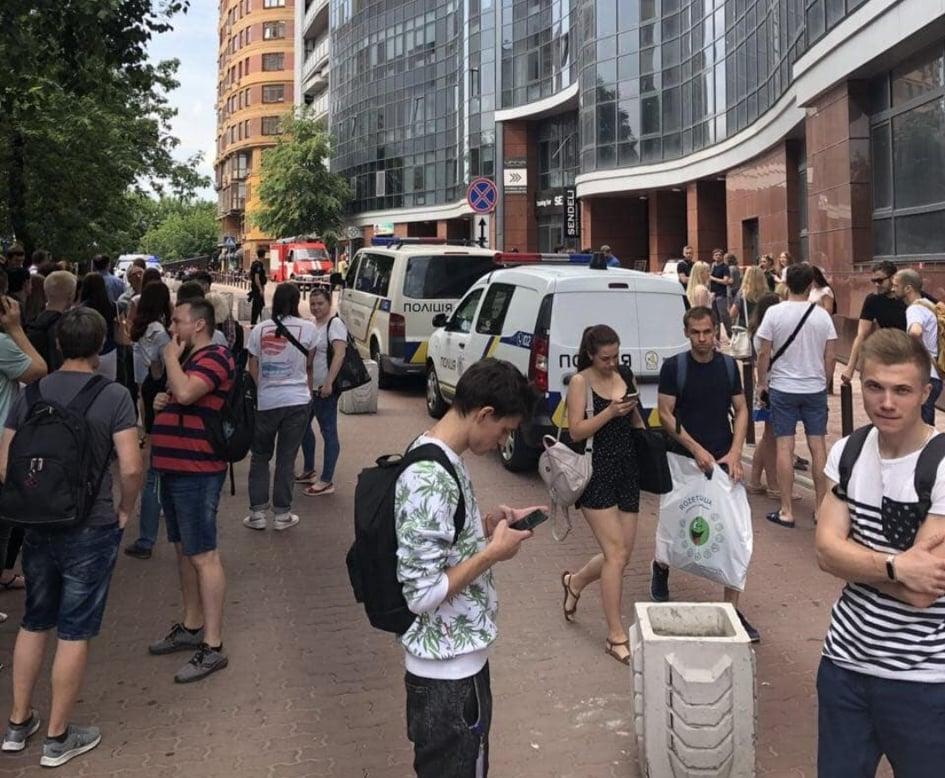 Работников и посетителей эвакуировали. Фото: Владислав Антонов