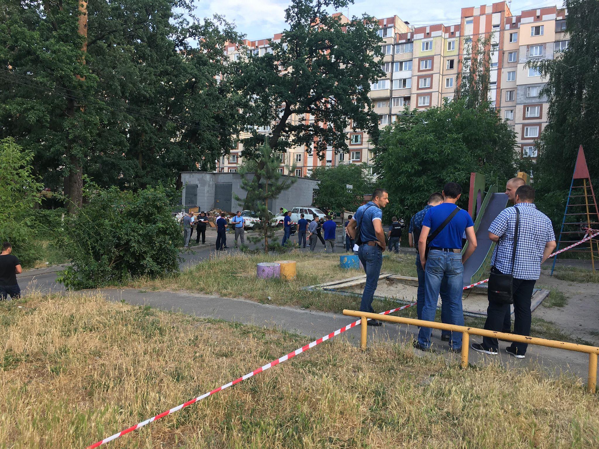 Полицейские тщательно обследуют территорию вокруг места происшествия, опрашивают свидетелей и очевидцев инцидента