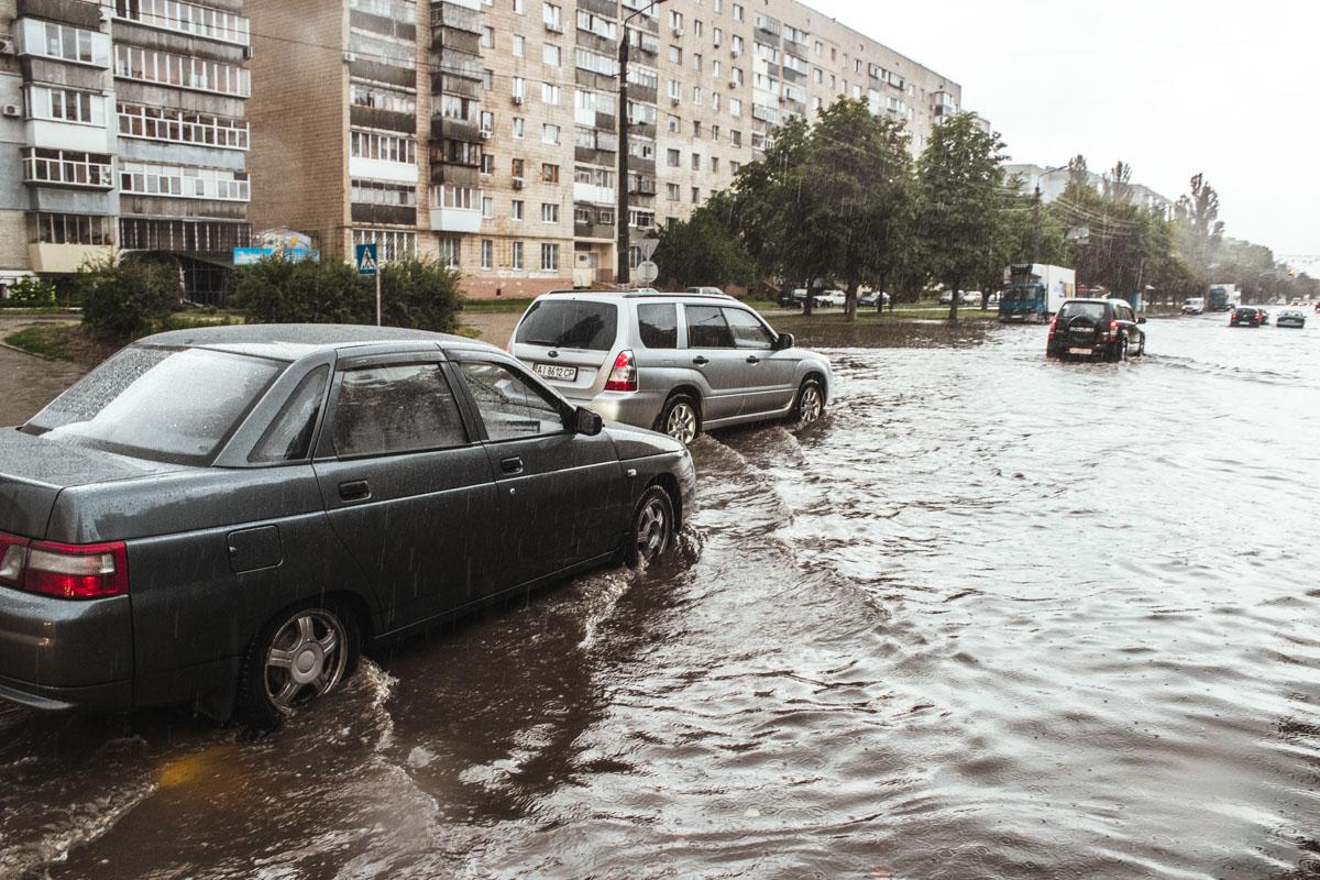 Улицы Броваров серьезно затопило
