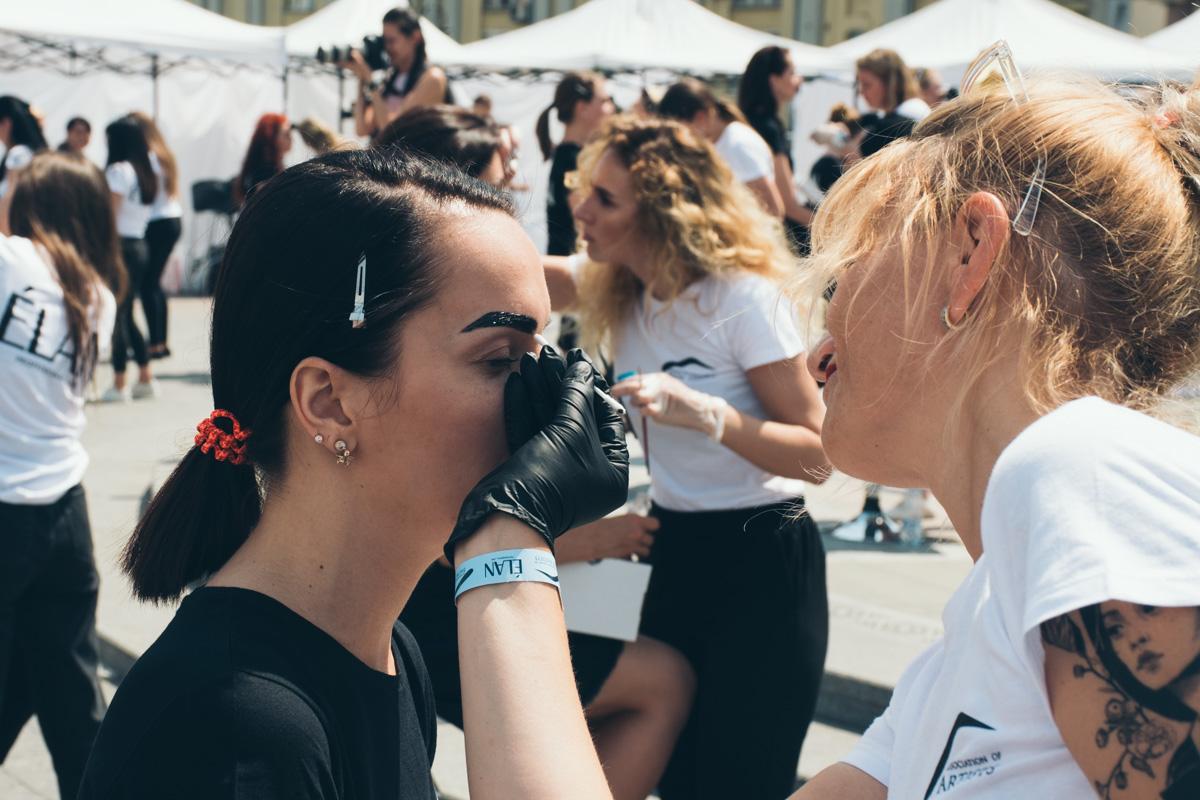 По палящим солнцем 176 бровистов и столько же моделей установили рекорд Украины