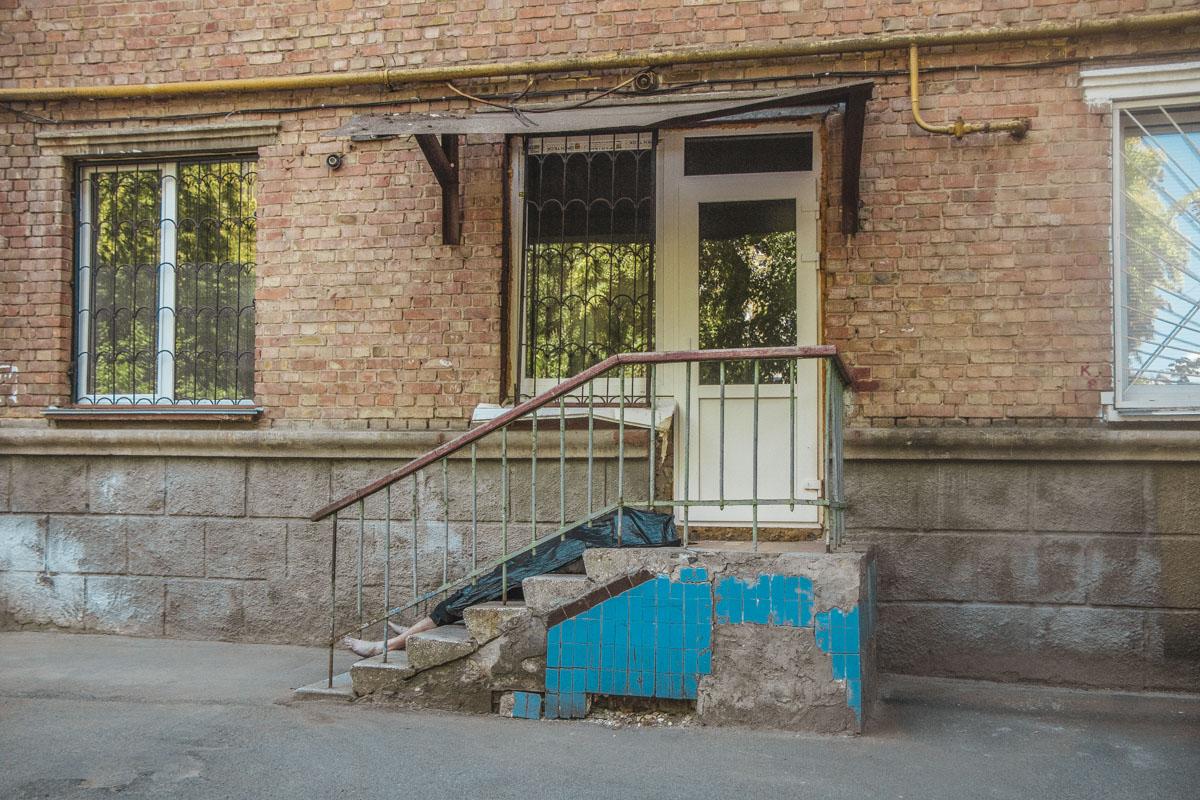 Местные жители говорят, что мужчина остановился в подпольном хостеле