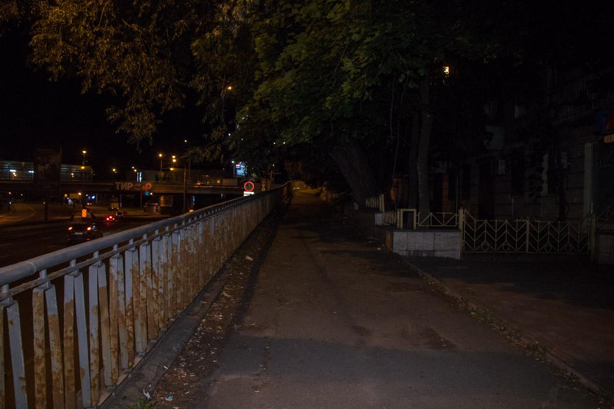 Возле Индустриального моста во дворах произошло ДТП с участием неадекватного водителя