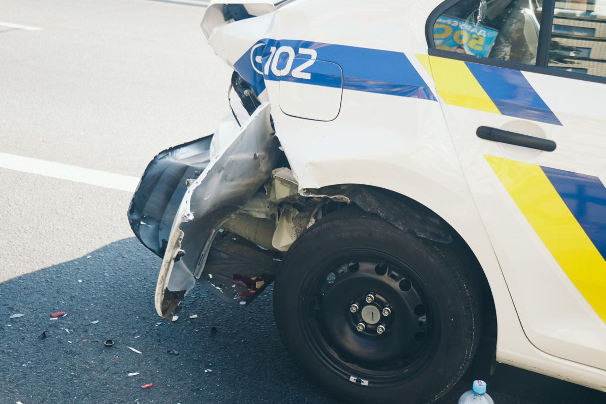 На улице Вадима Гетьмана в Киеве Mitsubishi врезался в полицейский автомобильSkodaRapid