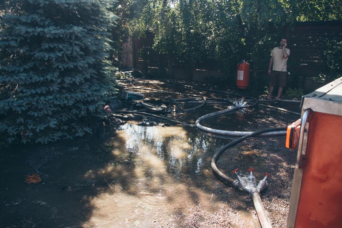 Весь двор залило водой
