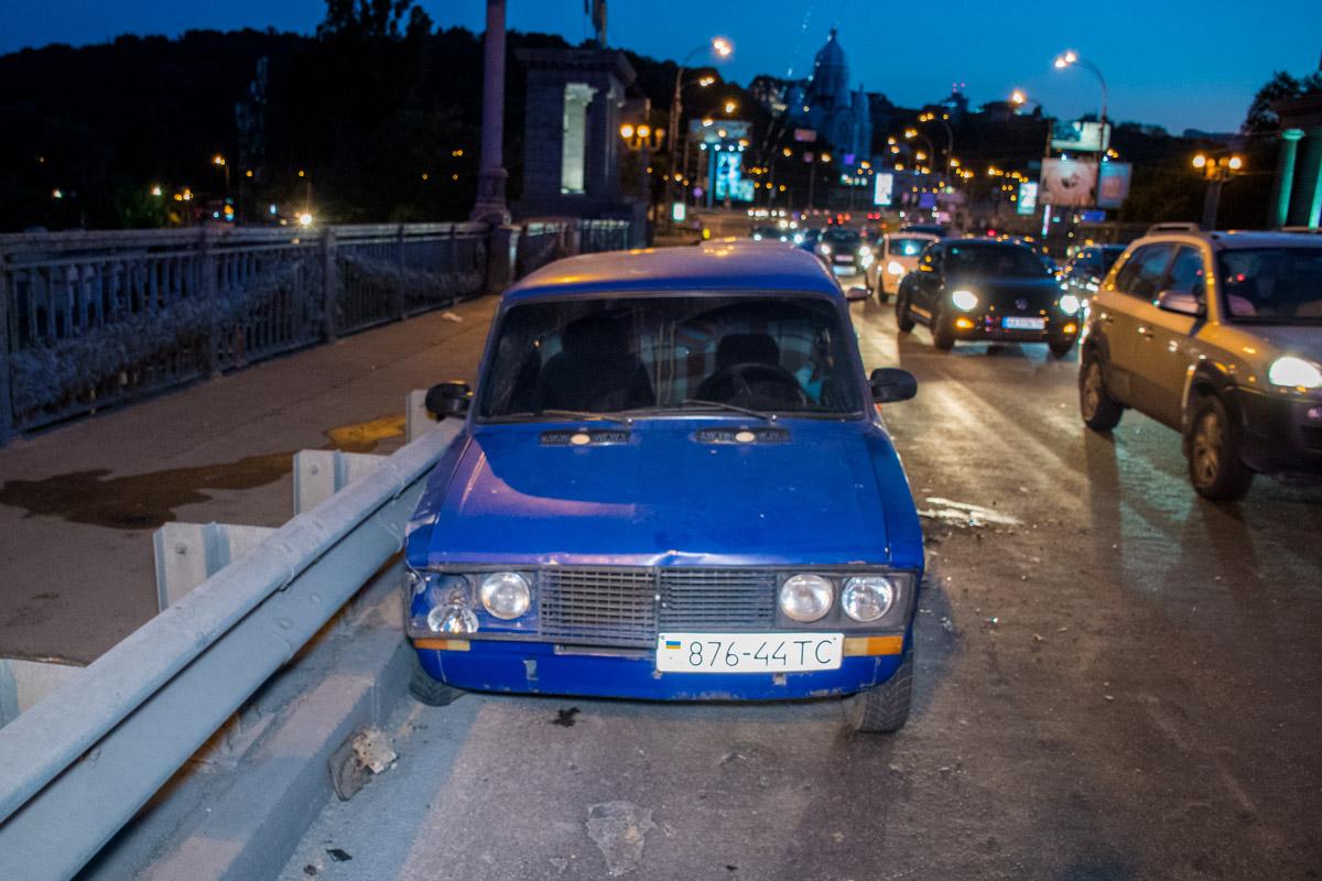 Оба автомобиля двигались по мосту Патона в сторону левого берега