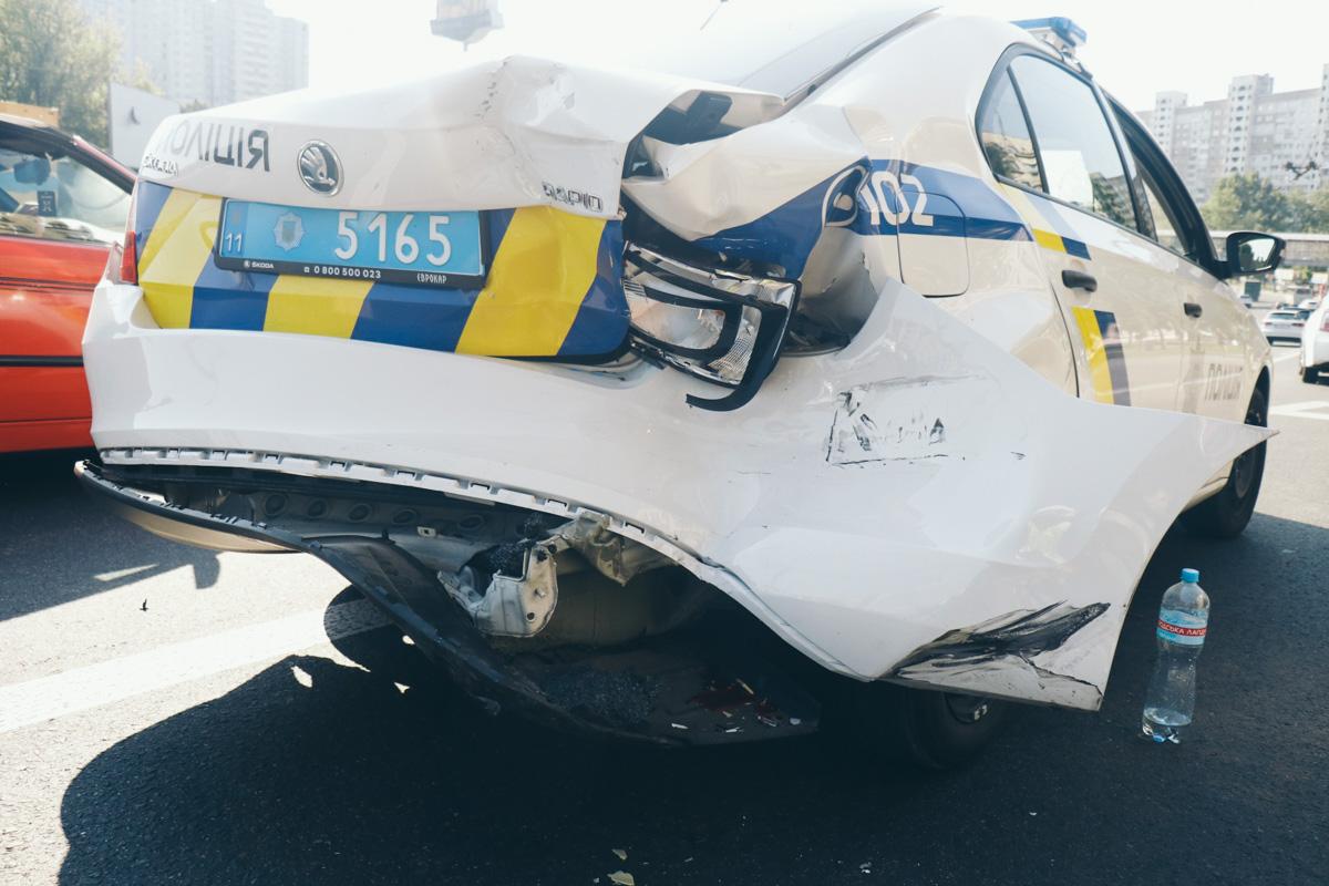 Пострадало полицейское авто