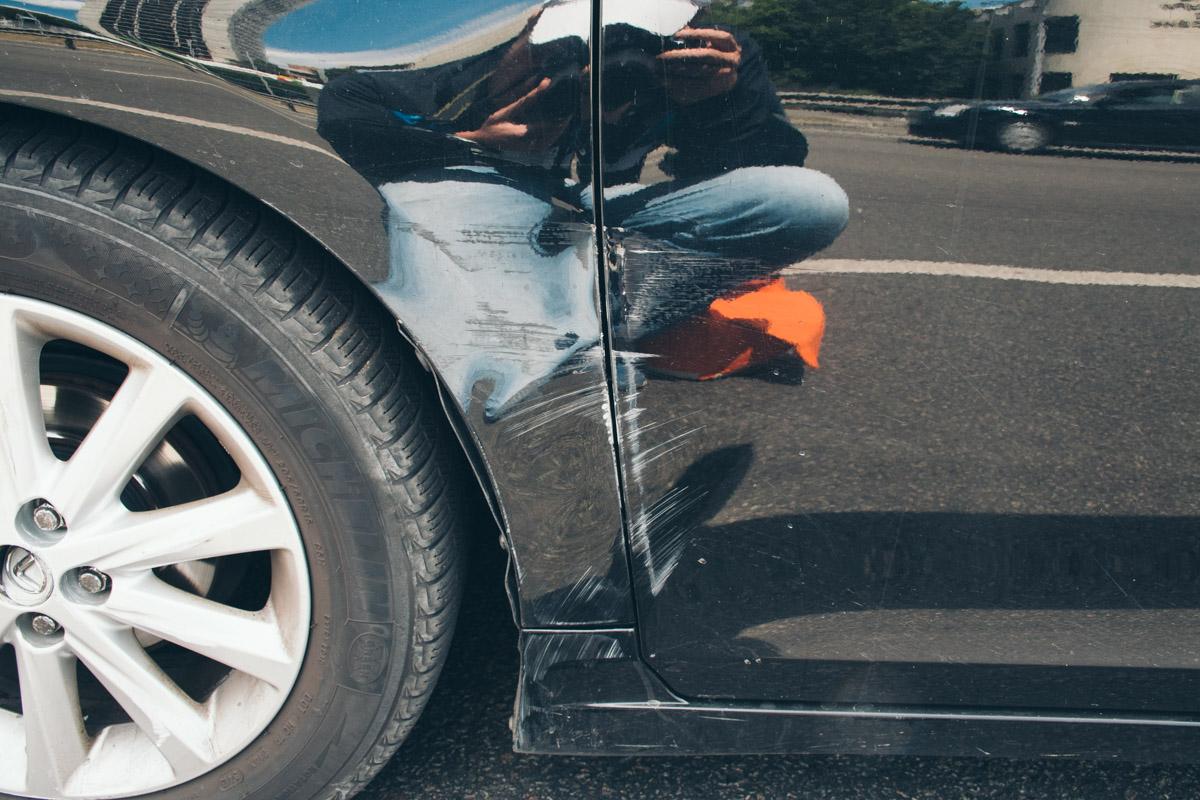 На автомобиле Lexus в результате контакта с BMW несколько царапин
