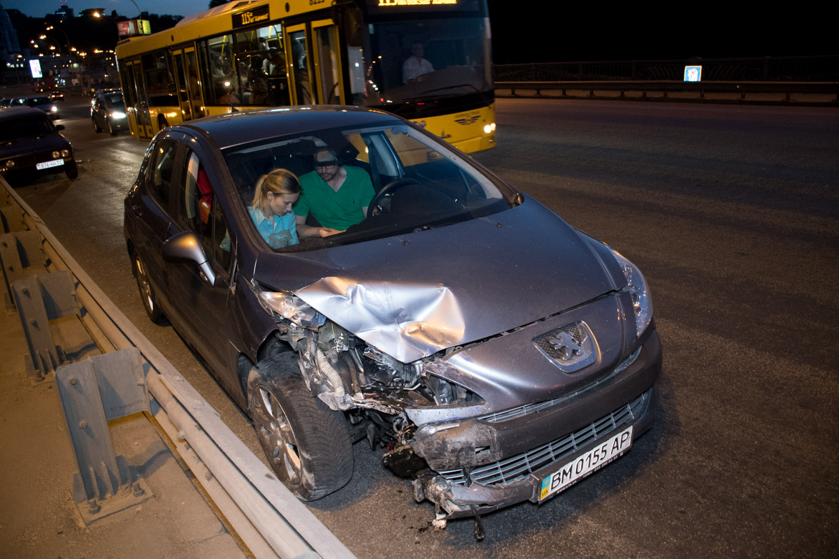 За рулем Peugeot была девушка