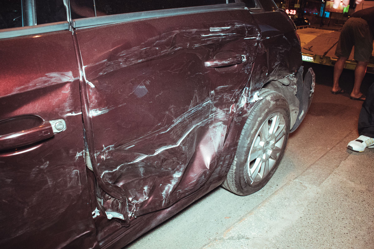 Audi отбросило на полосу встречного движения под бордюр