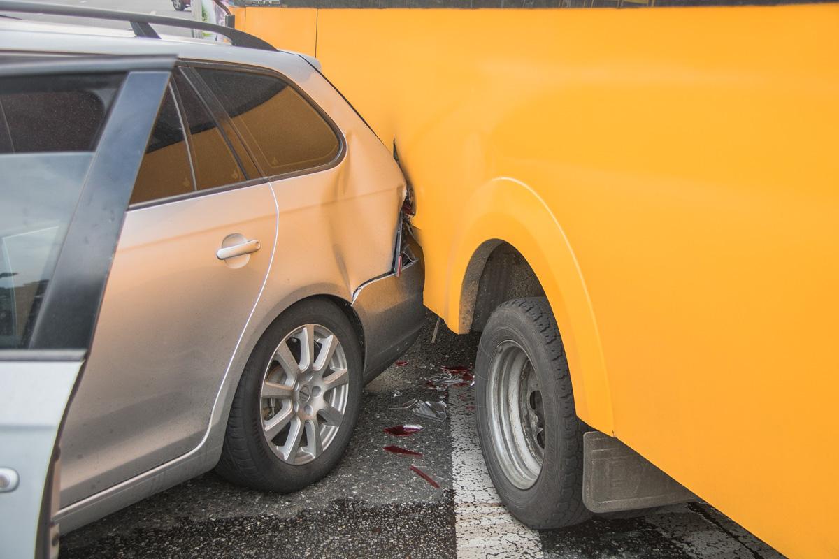 Водитель врезался сразу в два маршрутных такси