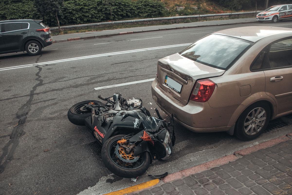 После очередного поворота байкер потерял контроль над мотоциклом и слетел с него.