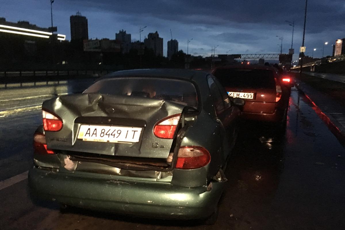 Один из водителей утверждает, что во всем виновата большая лужа, которая образовалась на дороге из-за ливня