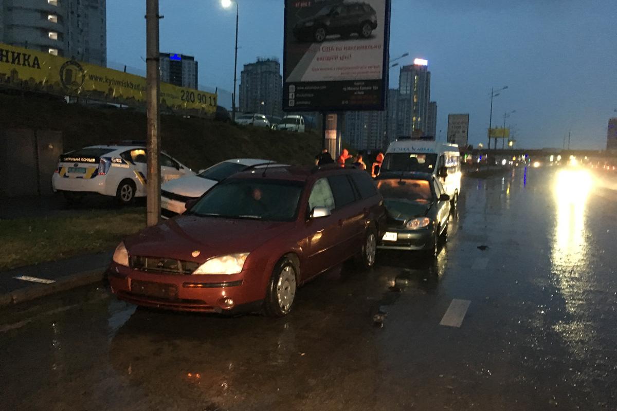 """Около станции метро """"Осокорки"""" произошло ДТП с участием трех машин"""