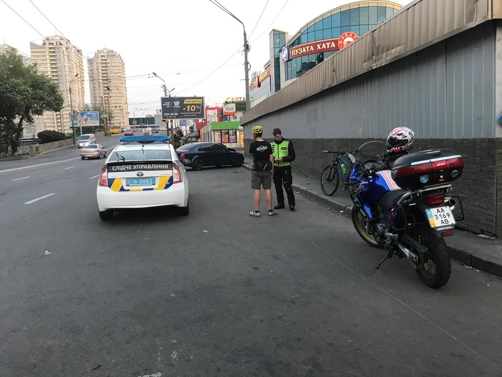 По предварительным данным, мужчина перебегал 6-полосную дорогу возле пешеходного переходаженном месте