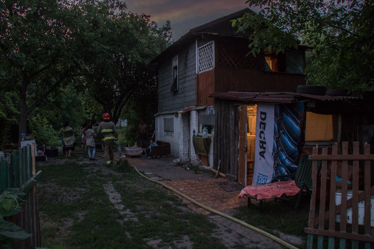 Огонь охватил пристройку жилого дома на 26-й Садовой линии