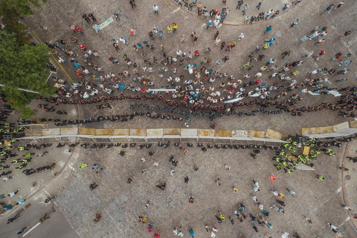 Участники были отделены от своих оппонентов забором и рядами полиции