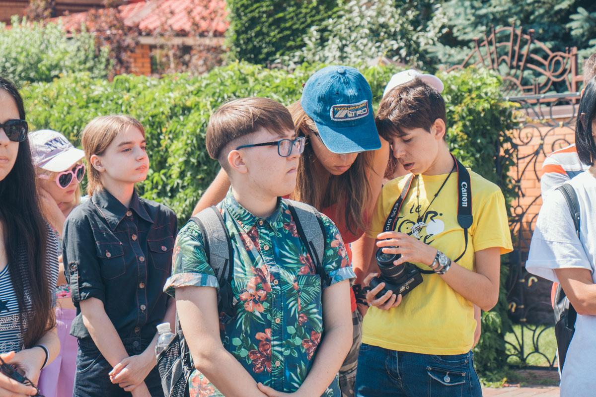 Участников провезли по городу, рассказывая историю ЛГБТ в Украине