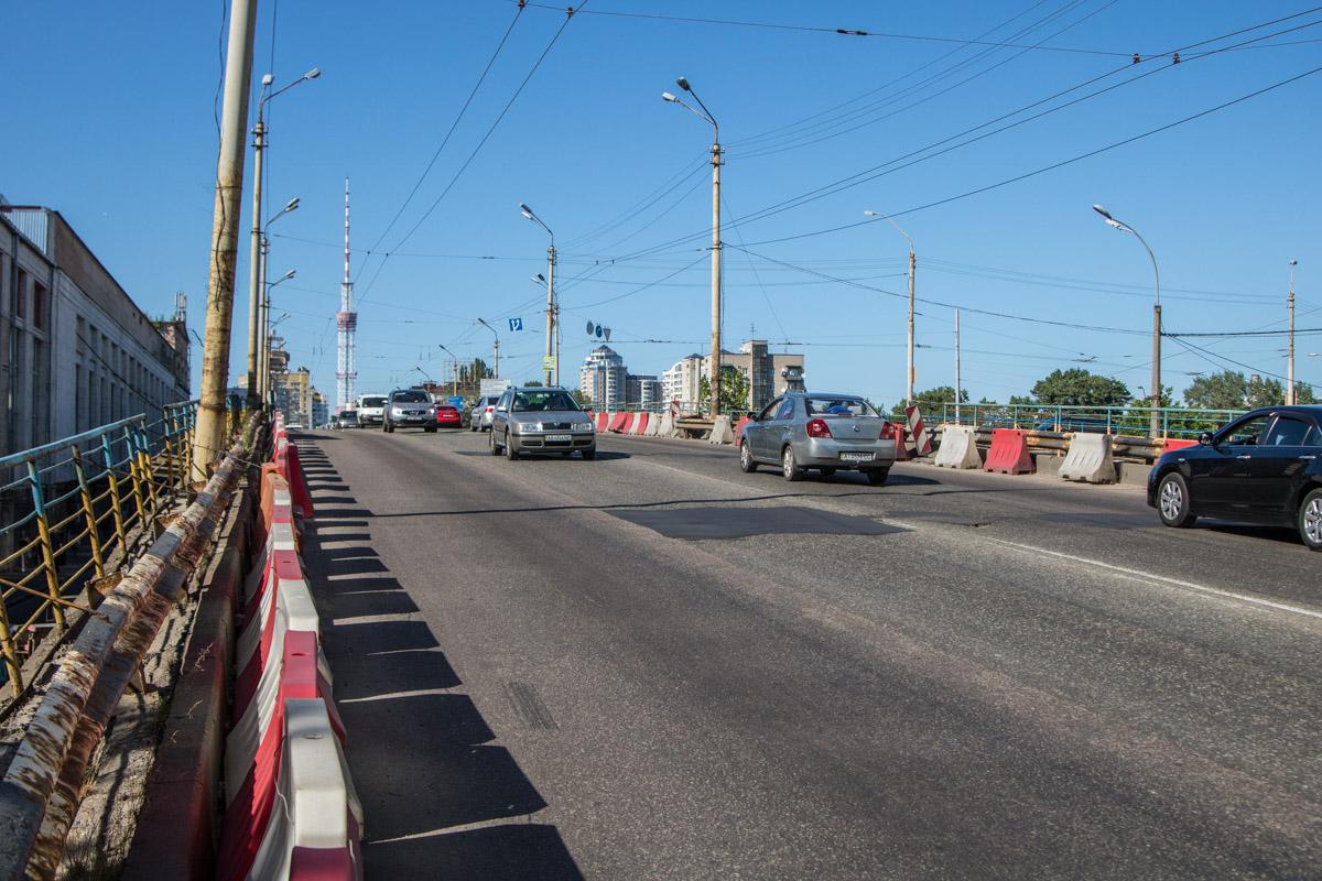 Киевским власти уже второй месяц берутся за ремонт аварийного Шулявского моста