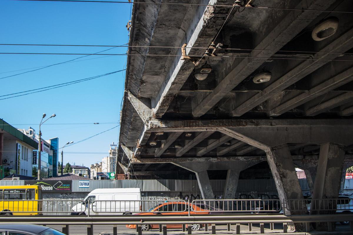 Киевские власти уже второй месяц берутся за ремонт аварийного Шулявского моста. Однако работы по реконструкции все еще не начаты