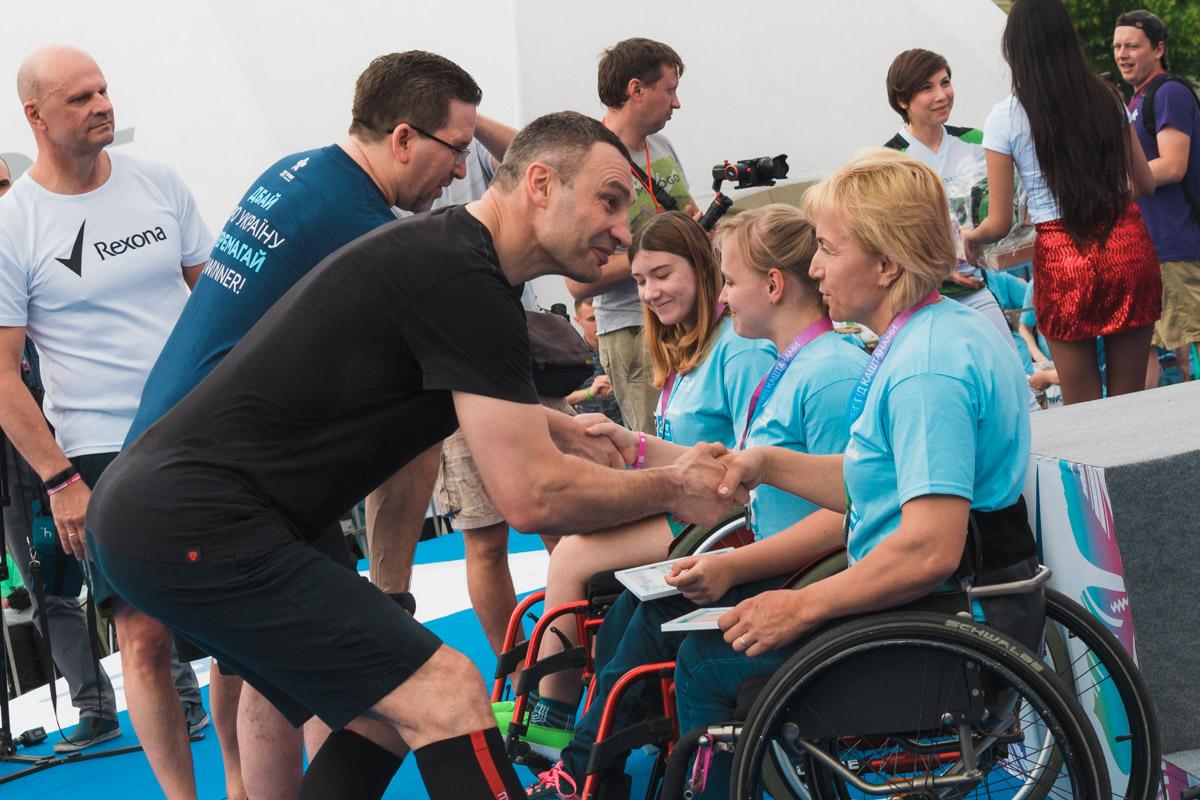 Награды получили люди на инвалидных колясках