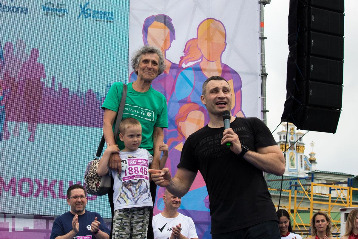 Виталий Кличко вручил медаль бабушке с внуком
