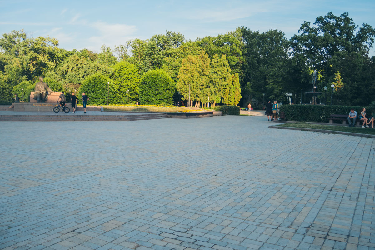 Плитка у памятника пока на месте