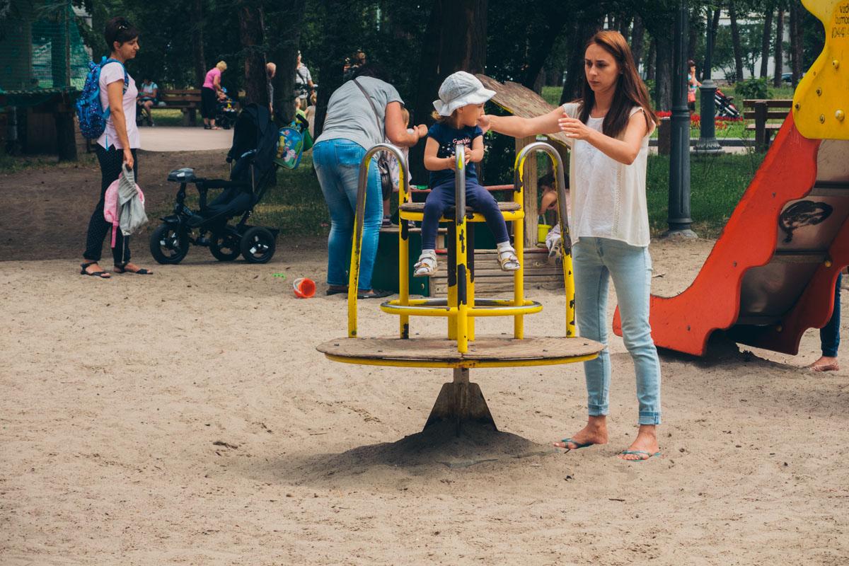 Но на некоторые участки парка лучше малышей не пускать