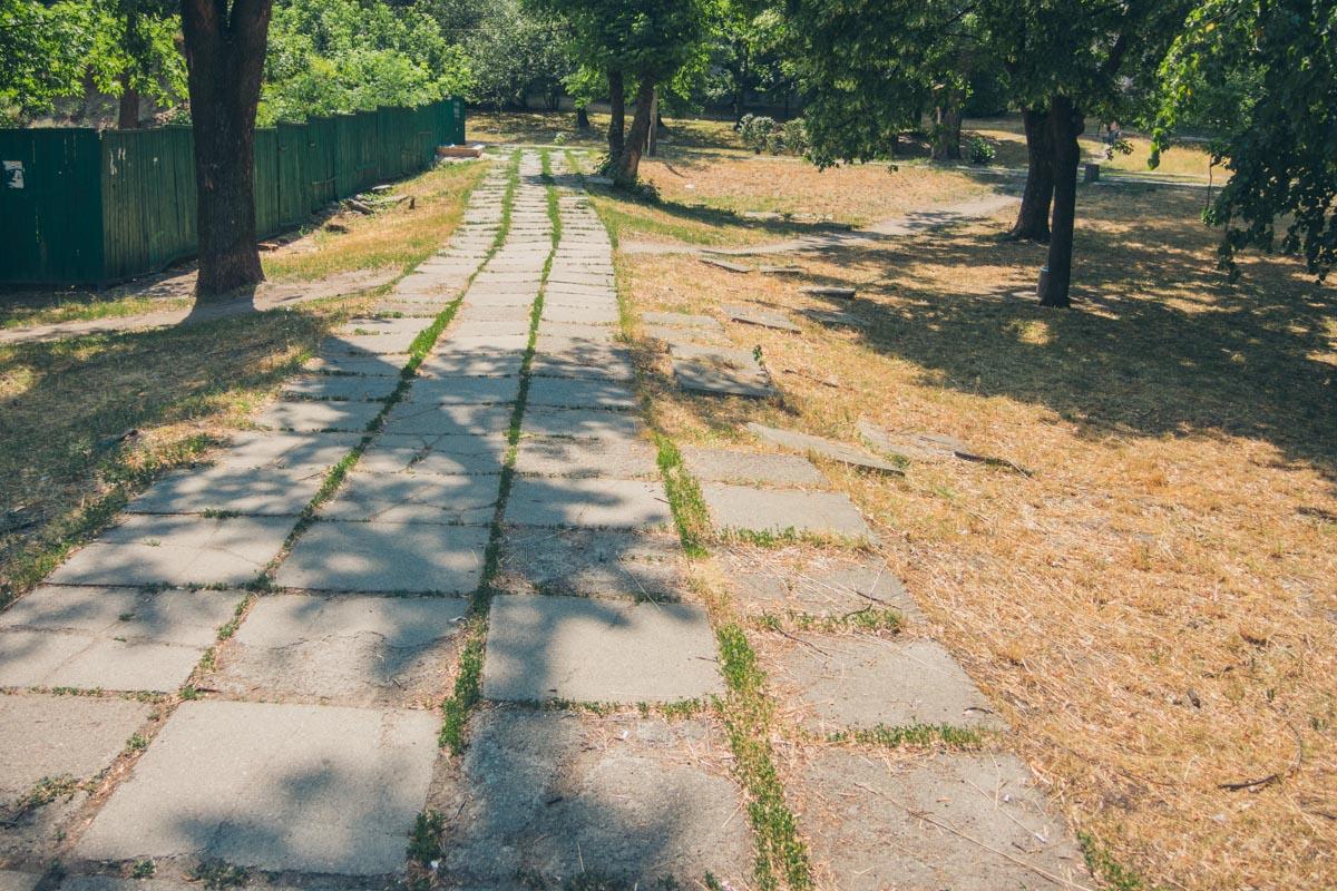 Покрытие давно поросло травой