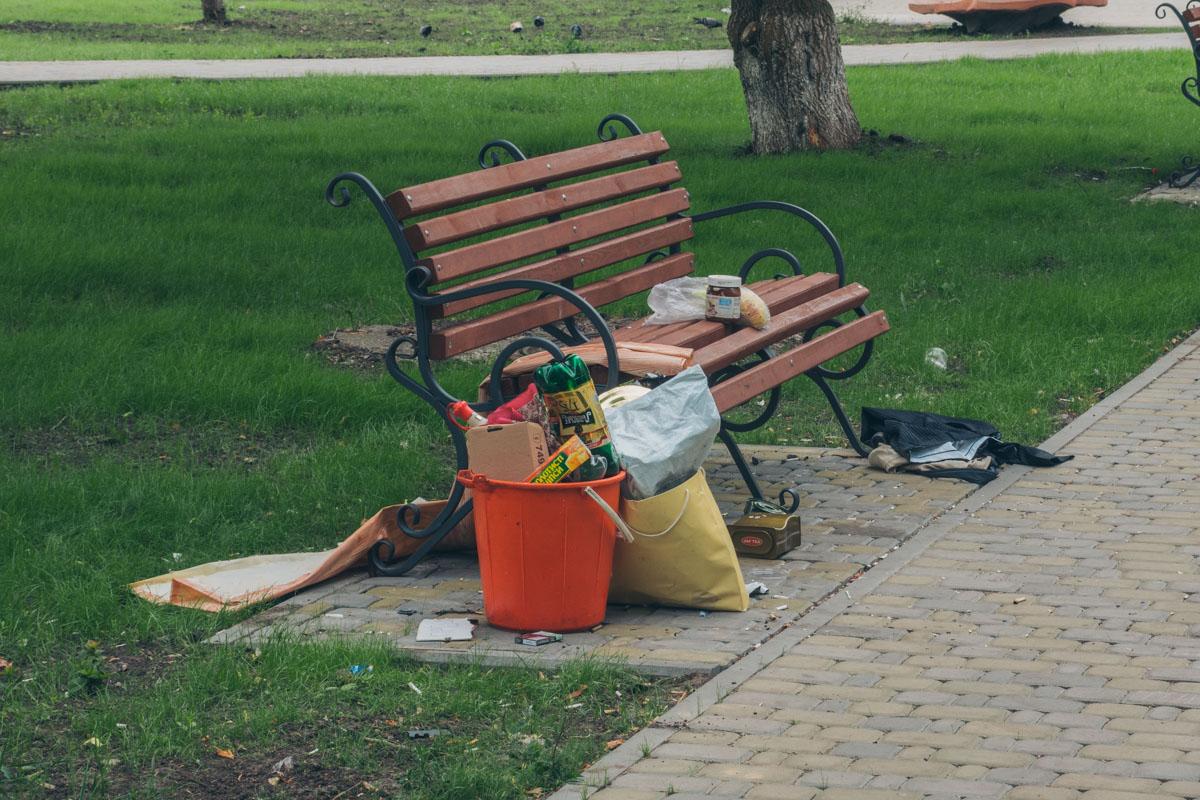 Несмотря на то, что сквер приводят в порядок, не все привыкли убирать после себя