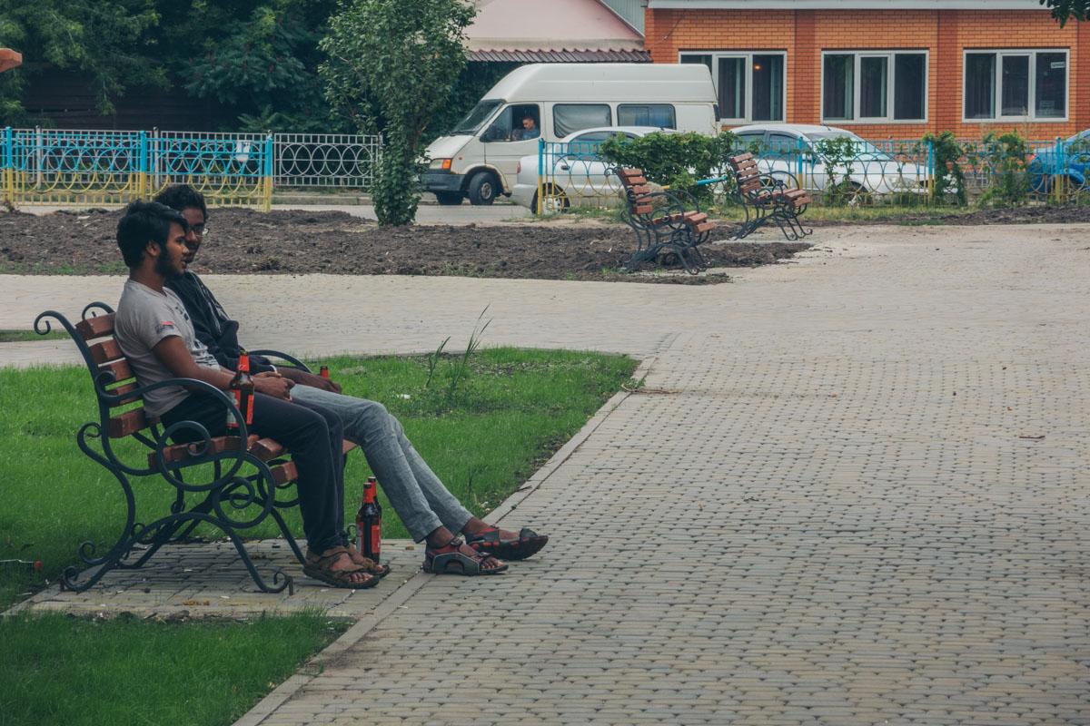 """С самого утра местные жители уже """"опробовали"""" новые лавочки"""